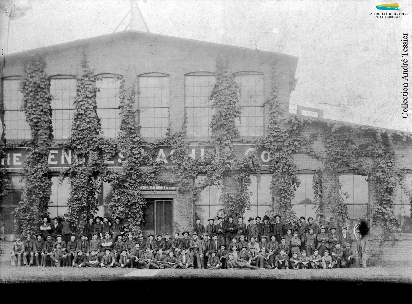 Des employés de la Jenckes Machine Company rassemblés devant l'usine, située sur la rue Lansdowne (Grandes-Fourches Sud), entre 1900 et 1910.