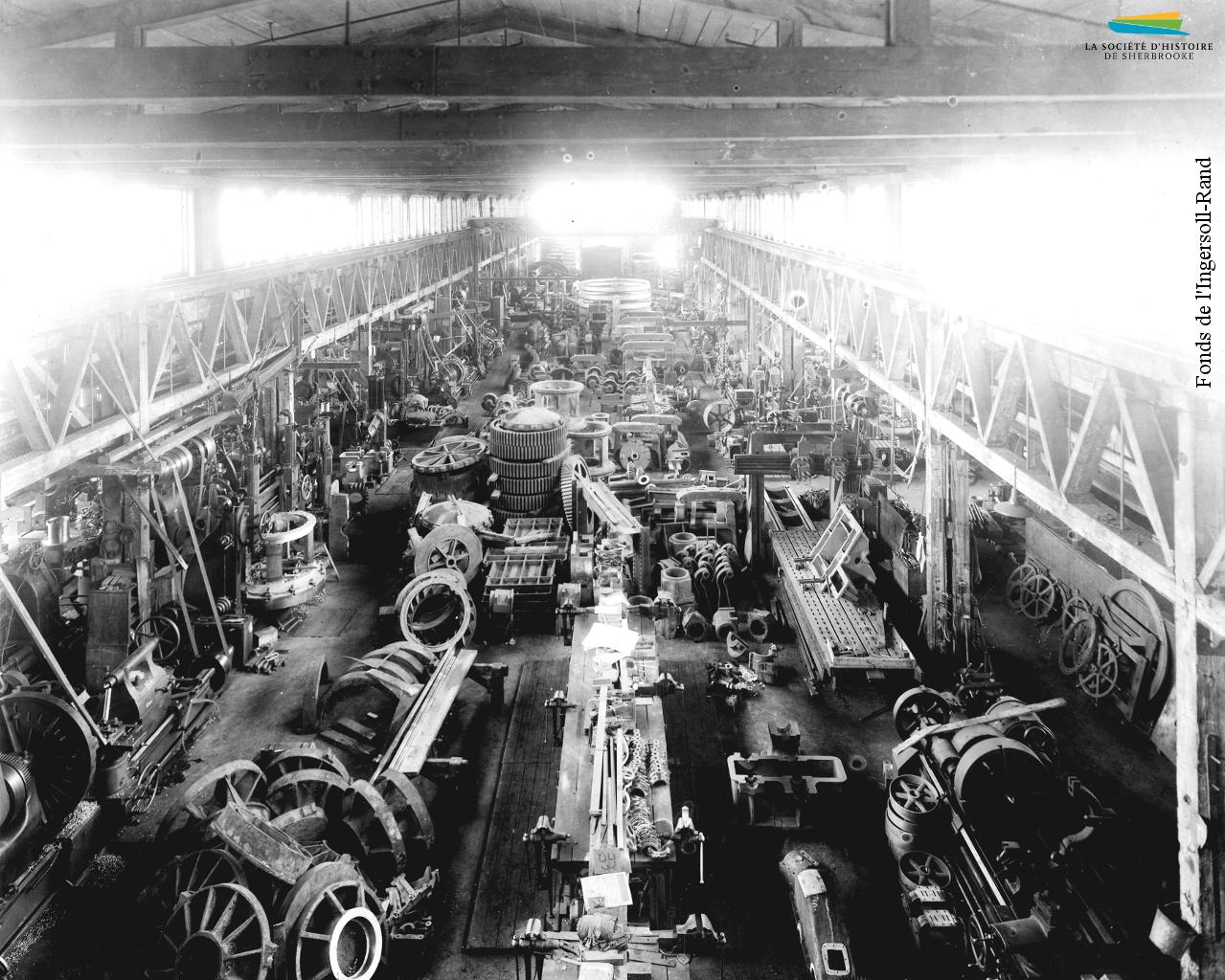 Une photographie prise à l'intérieur du complexe de la Jenckes Machine Company situé sur la rue Lansdowne (Grandes-Fourches Sud), entre 1900 et 1910.