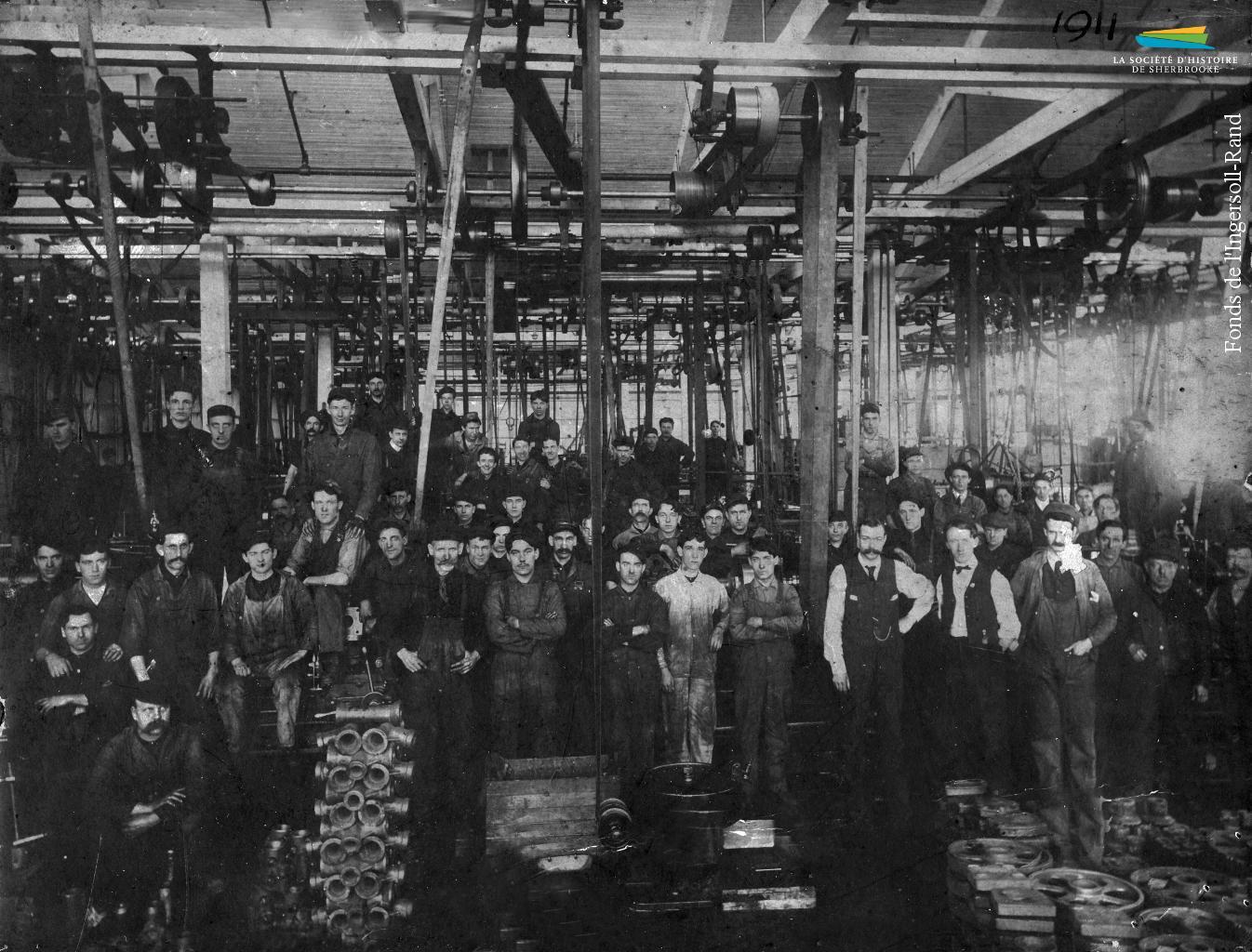 Des employés de la <em>Rand</em> à l'intérieur de l'usine, en 1911.