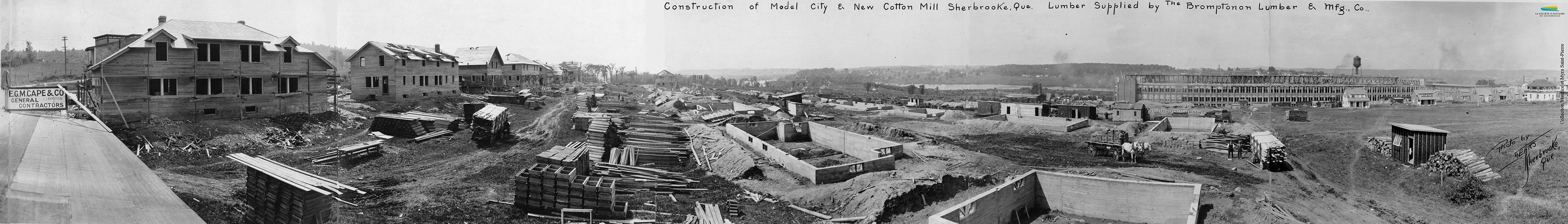 Photographie du chantier des <em>Canadian Connecticut Cotton Mills</em>, situés sur la rue du Pacifique, vers 1920. L'usine est rachetée par la <em>Dominion Textile</em> en 1928. Un « quartier modèle » est également construit près de l'usine, à la demande de la compagnie, pour loger les ouvriers.