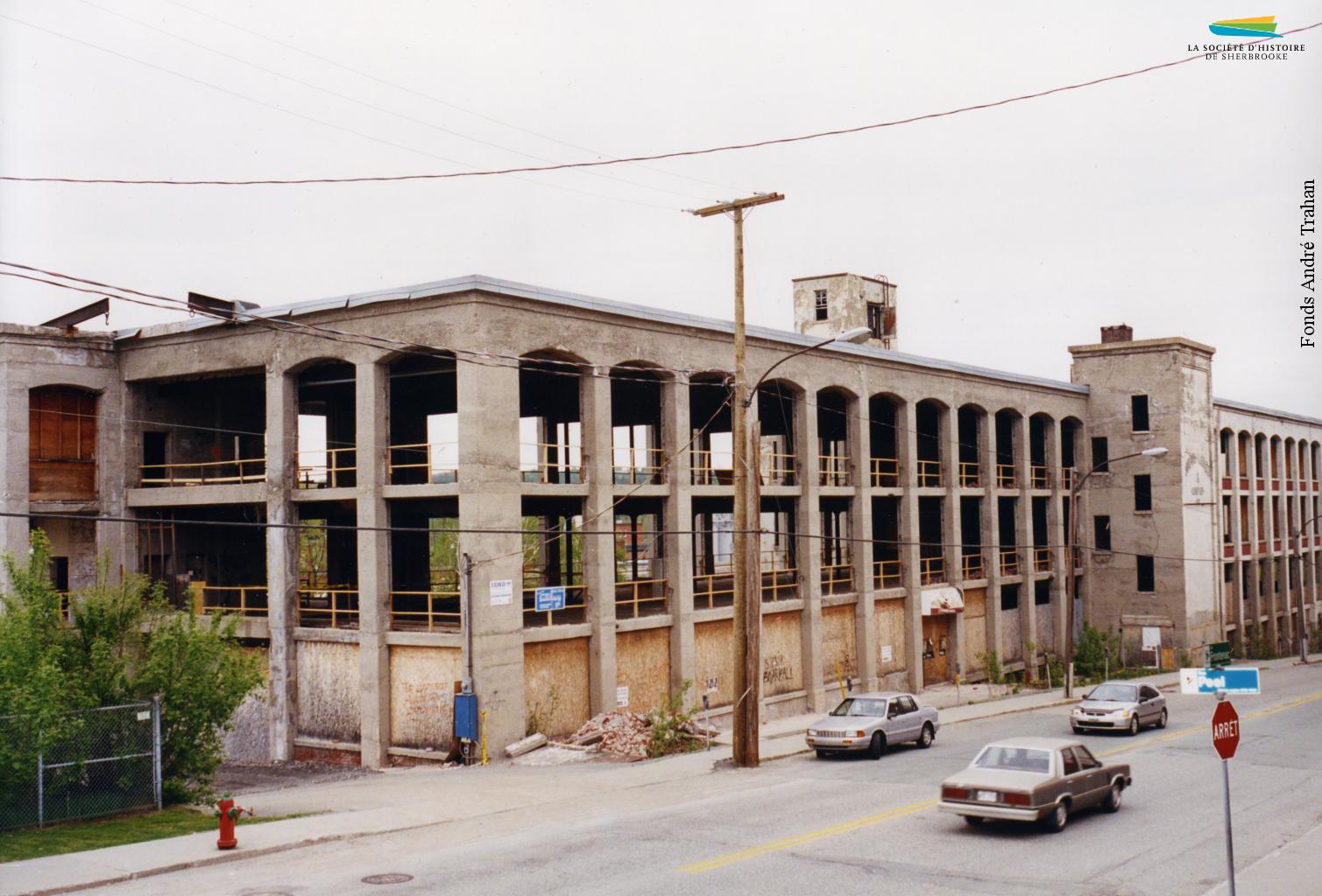 Les vestiges de l'usine Kayser, située sur la rue Frontenac, en 2000. Le bâtiment est par la suite converti pour accueillir une résidence pour personnes âgées, le Musée de la Nature et des Sciences, et les locaux de Bibliothèque et Archives nationales du Québec.