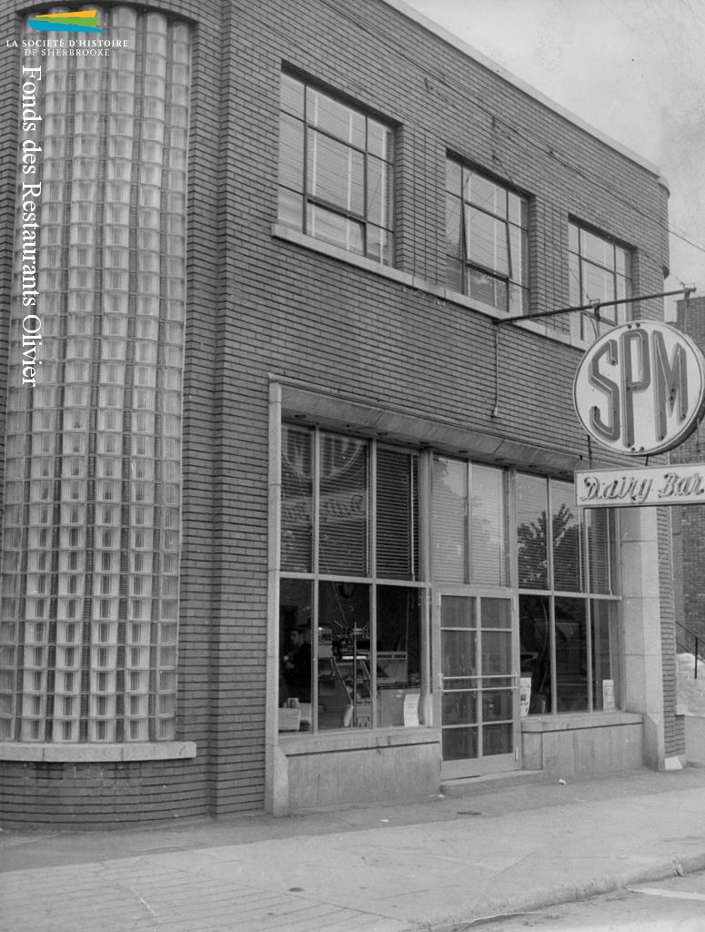 La laiterie <em>Sherbrooke Pure Milk</em> tient un <em>Dairy Bar</em>, ou bar laitier, dans ses installations de la rue Belvédère Nord. Cette photographie est prise en 1952.