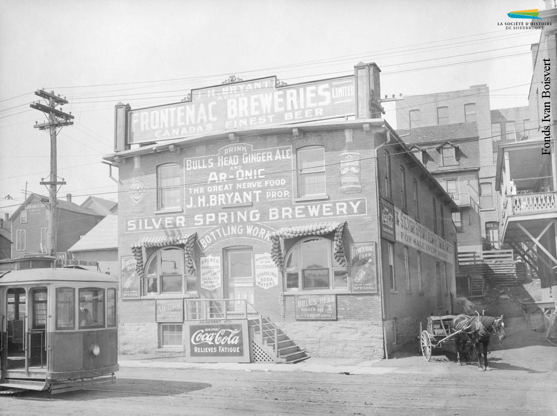 Un bâtiment de la <em>Silver Spring Brewery</em> sur la rue du Dépôt, entre 1902 et 1908. La brasserie est en activité de 1896 à 1930 et possède d'autres installations sur la rue Abénaquis.