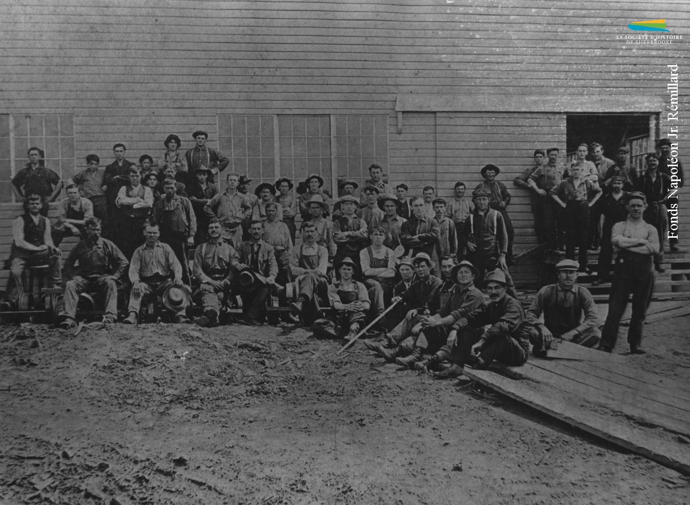 Des employés de la scierie <em>Brompton Lumber & Manufacturing Co.</em>, située à Bromptonville, en 1918. Elle est alimentée par la drave sur la rivière Saint-François.