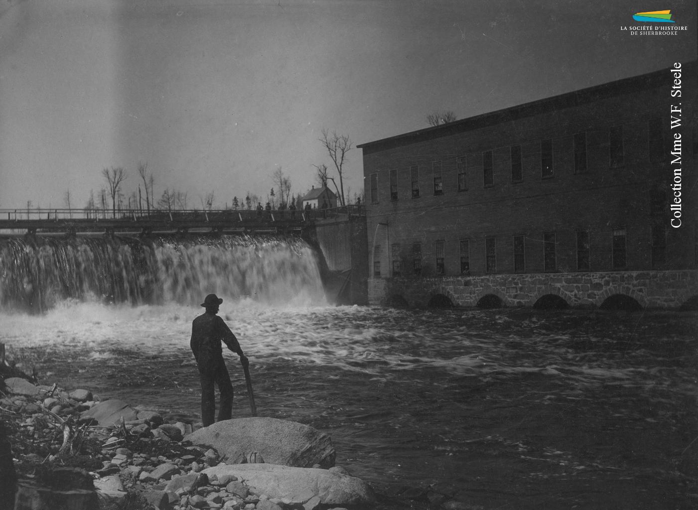 Le moulin à scie de la <em>British American Land Company</em>, en 1898. Il est situé sur la rive en face de la Paton, juste à côté du barrage no 1.
