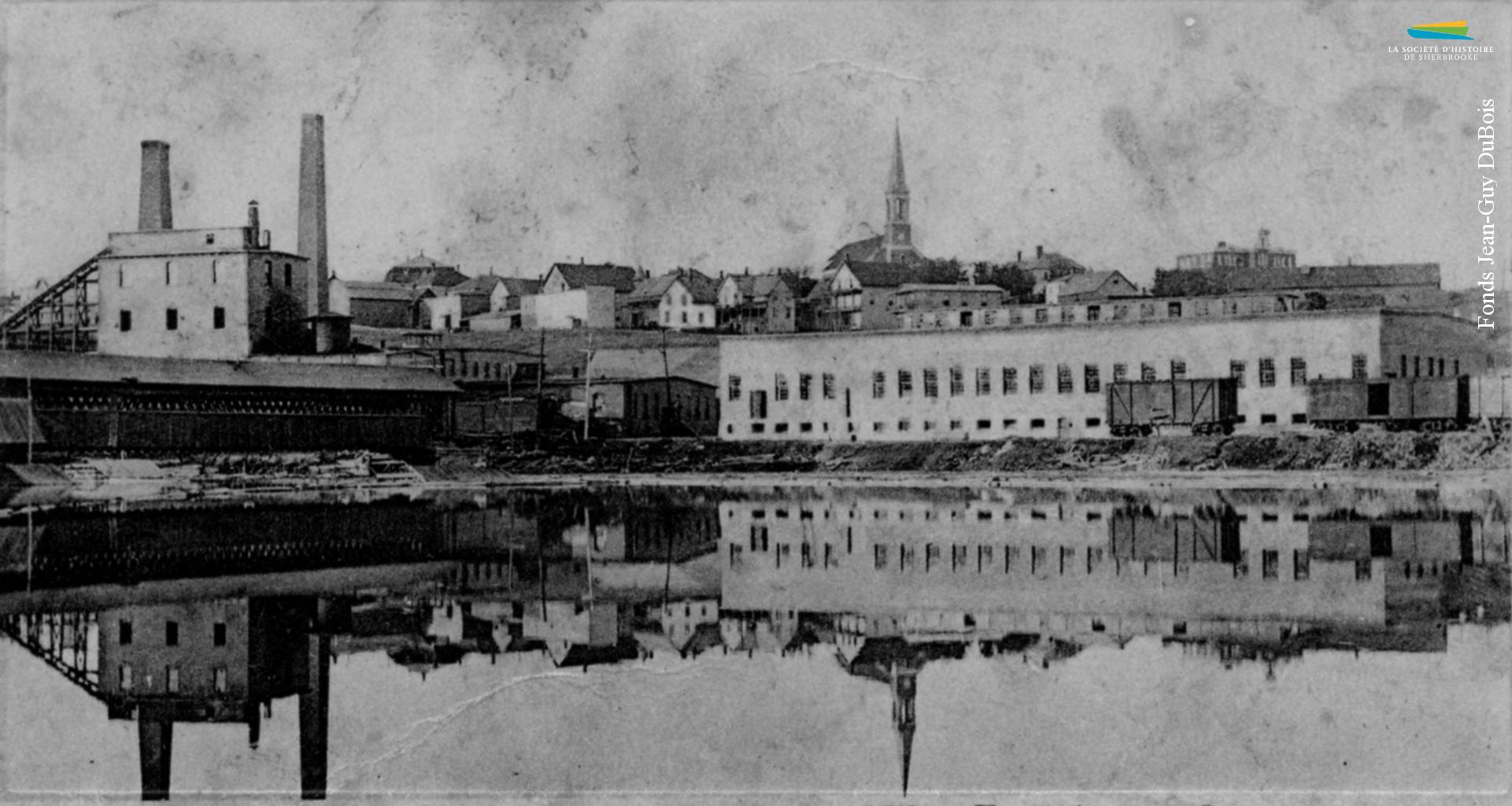 L'usine de la Brompton Pulp & Paper Company à East Angus, vers 1910. La compagnie est fondée à Bromptonville au début des années 1900, et y opère une papetière à partir de 1903.