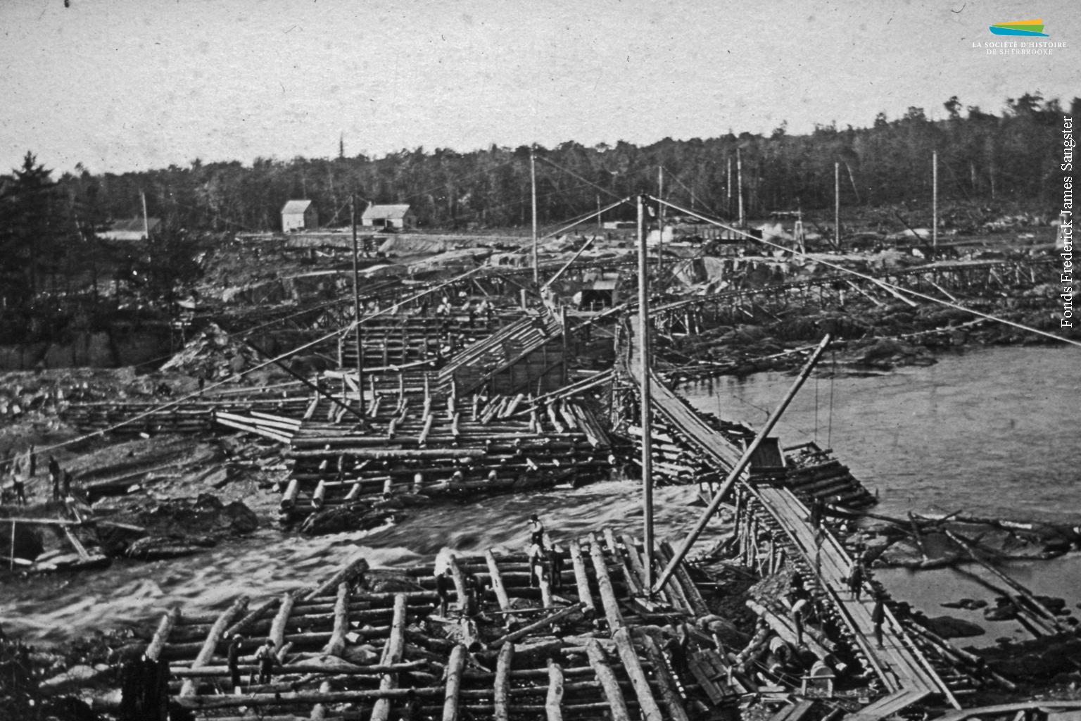 En 1901, la Brompton Pulp & Paper, nouvellement créée, procède à la construction d'un barrage sur la rivière Saint-François à Bromptonville, pour alimenter en eau son usine de pâtes et papiers.