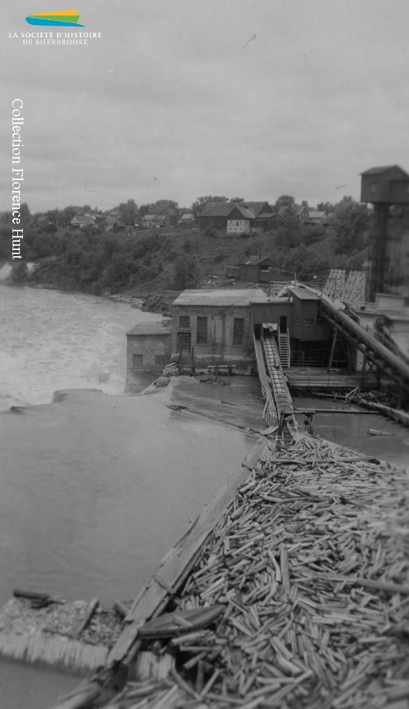 La Brompton Pulp & Paper approvisionne ses usines d'East Angus et de Bromptonville en faisant flotter le bois sur la rivière Saint-François, à partir des lacs Aylmer et Saint-François. Vers 1940.
