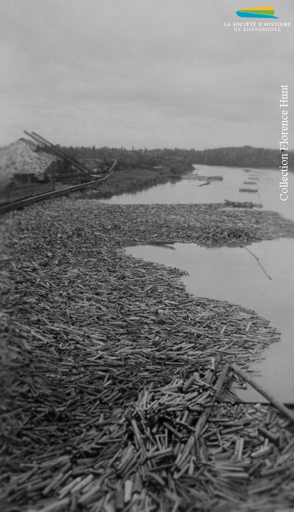 Du bois qui flotte sur la rivière Saint-François. Il sert à l'approvisionnement des usines que la Brompton Pulp & Paper Company opère à East Angus et à Bromptonville. Vers 1940.