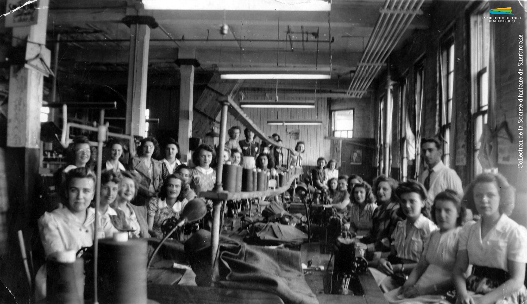 Une photographie prise à l'intérieur de la manufacture de vêtements S. Rubin Ltd, située dans le bâtiment de la Walter Blue situé au coin des rues King O et Grandes-Fourches, vers 1940. Cette entreprise n'emploie que des femmes, ou presque.