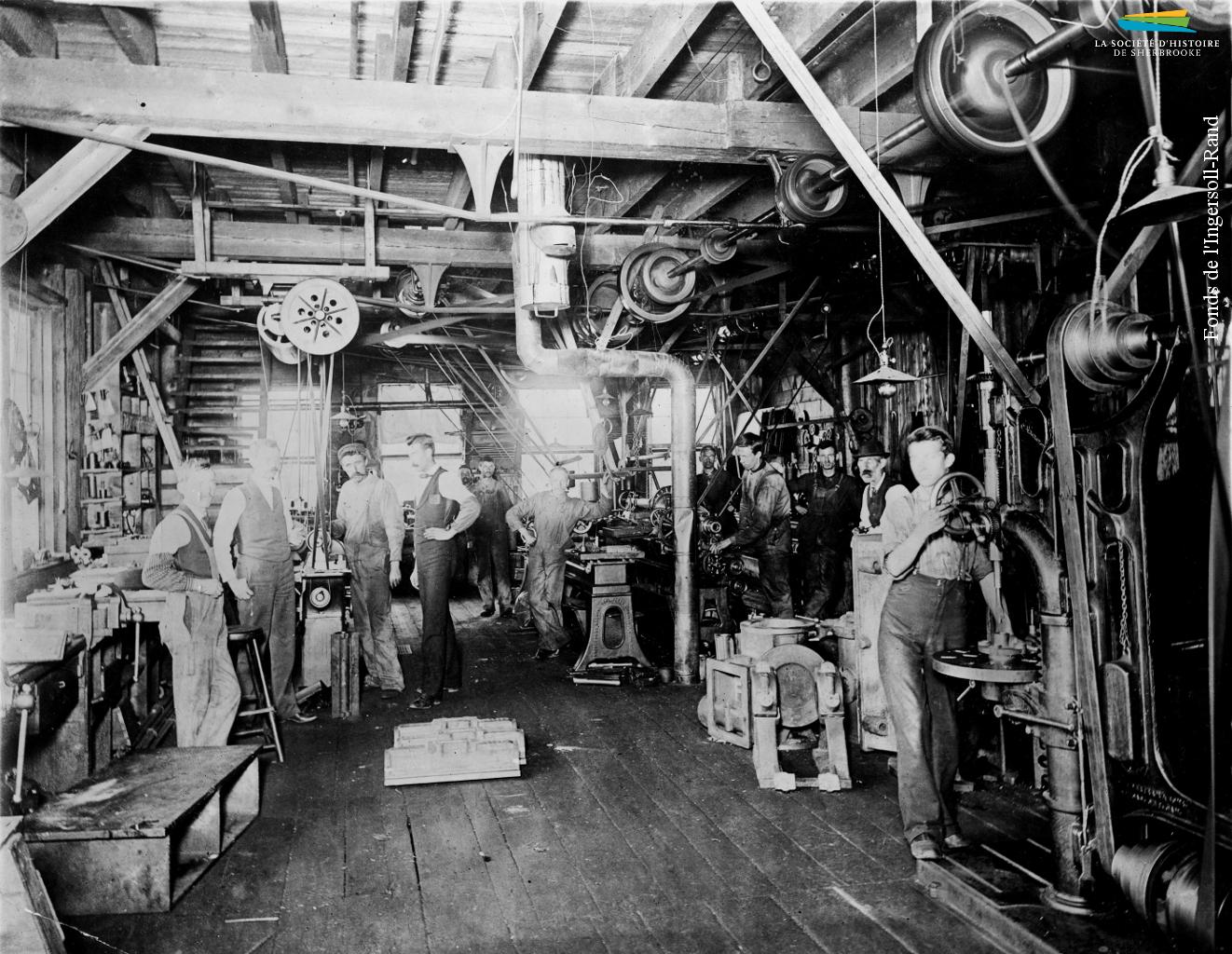 Des ouvriers de la Canadian Rand Drill Co. dans un atelier de la compagnie, en 1894. Ce bâtiment, situé entre la rue Bank et la rivière Magog, est le premier occupé par la compagnie à son arrivée à Sherbrooke en 1890.