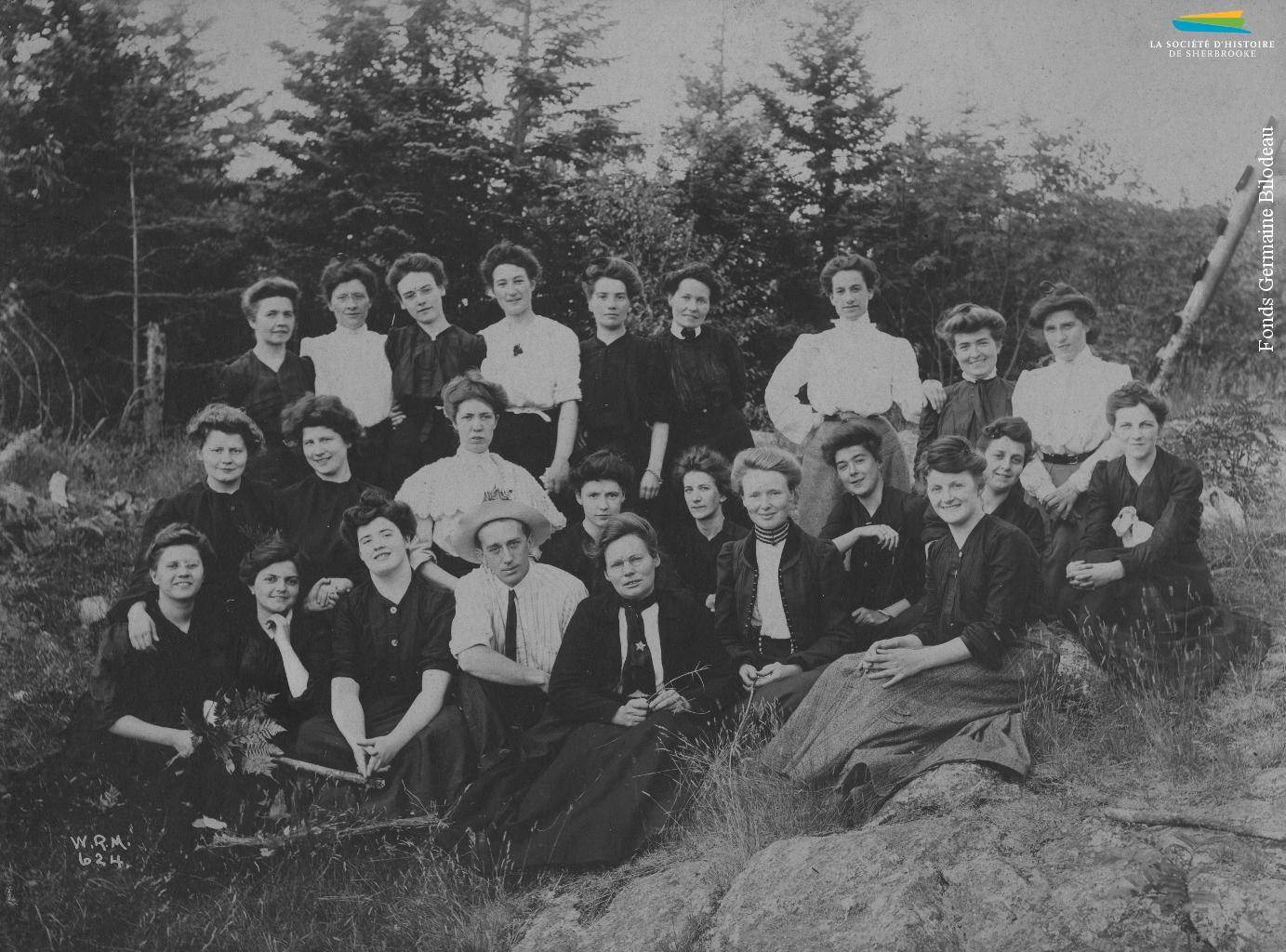 Des ouvrières de la Paton lors d'un voyage organisé au Massachusetts, vers 1900. Les patrons, ou encore des clubs sociaux financés par les compagnies, organisent fréquemment ce genre d'activités pour leurs employés.