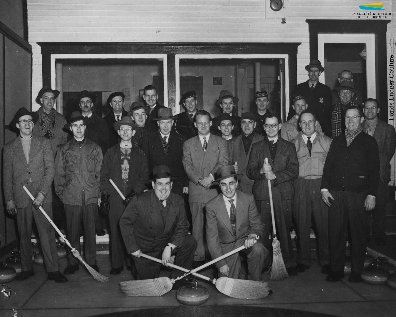 Des membres de la ligue de curling de la Kayser, réunis au club sur la rue Abénaquis, à la fin des années 1940. La plupart des usines organisent de telles ligues pour divers sports – balle-molle, hockey, etc.