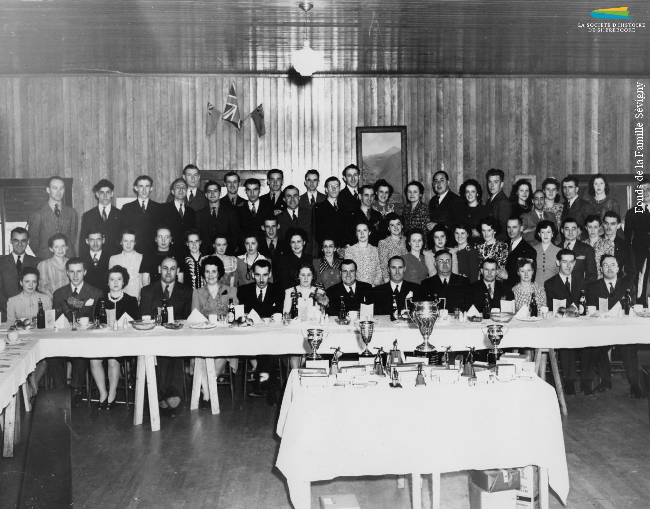 La ligue de quilles de l'usine Canadian Silk tient un banquet, en 1943, durant lequel sont remis des trophées aux équipes gagnantes.