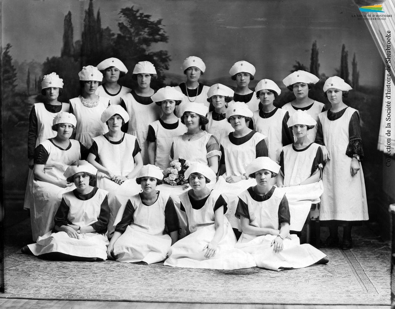 L'association professionnelle des employés de la Julius Kayser Company organise plusieurs activités pour ses membres, dont des cours culinaires. Des participantes à ce cours prennent la pose, vers 1925.