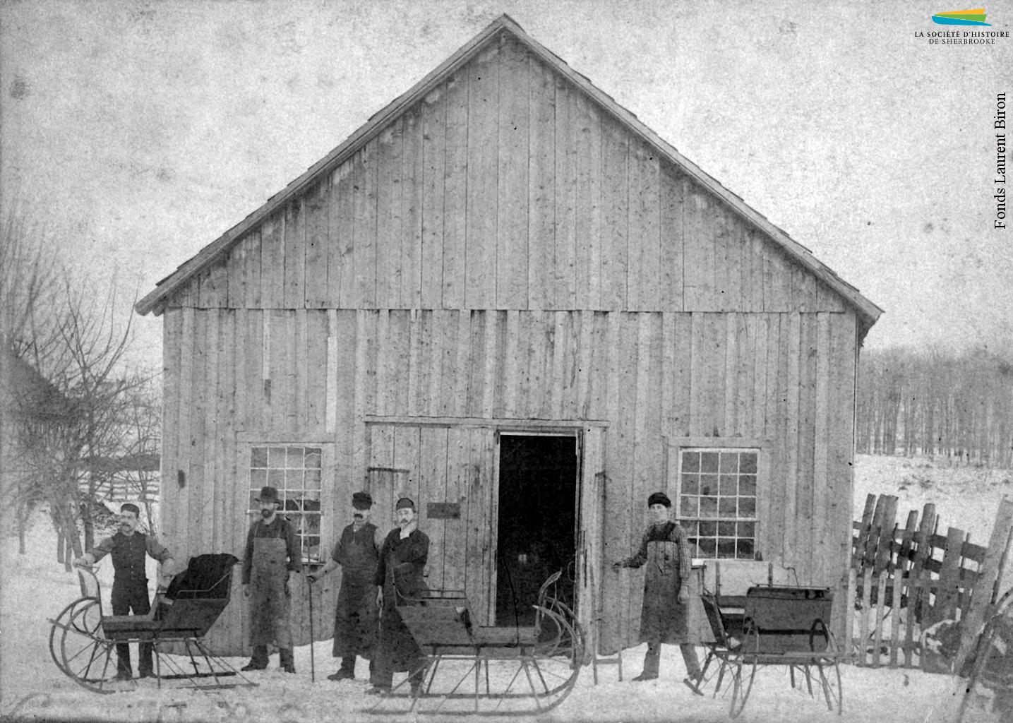 Des travailleurs de la compagnie P. Biron & Sons, qui fabrique des traîneaux et des voitures tirées par des chevaux, en 1897. Pamphile Biron s'installe à Sherbrooke en 1857, puis ouvre son atelier sur la rue Bowen Sud en 1870. À sa mort en 1917, ses fils reprennent l'entreprise.