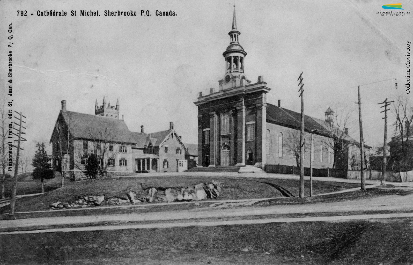La première cathédrale Saint-Michel sur la rue Marquette, vers 1900. L'église est construite en 1857, et devient la cathédrale de Sherbrooke lors de la création de l'évêché en 1874. Elle est démolie en 1917 pour faire place à la basilique Saint-Michel, dont la construction ne s'achève qu'en 1957.