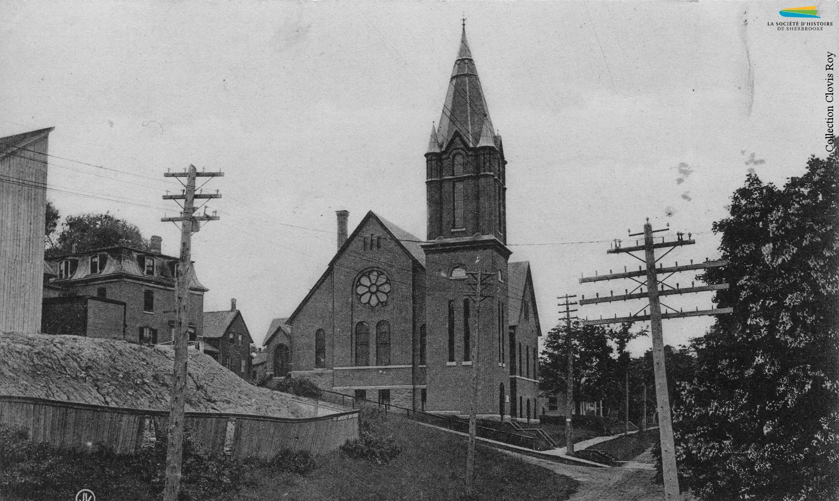 L'église presbytérienne écossaise St. Andrew's, située au coin des rues Frontenac et Peel, vers 1905. Construite en 1888, elle est démolie en 2000 après avoir été très endommagée par un ouragan en 1999.