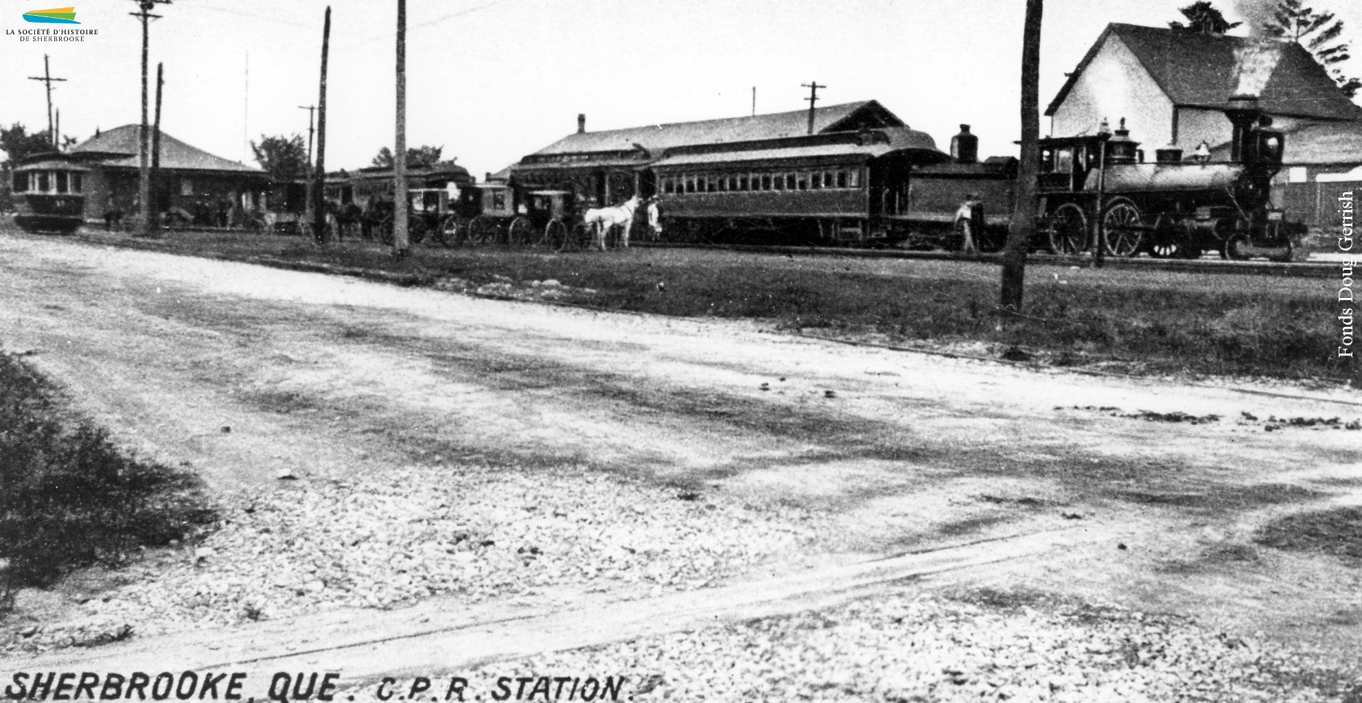 Une vue de la gare du Canadien Pacifique située sur la rue Belvédère Nord, près de la rue Frontenac. Les maisons derrière sont celles du Plateau-Marquette, habité surtout par des ouvriers travaillant dans le textile.