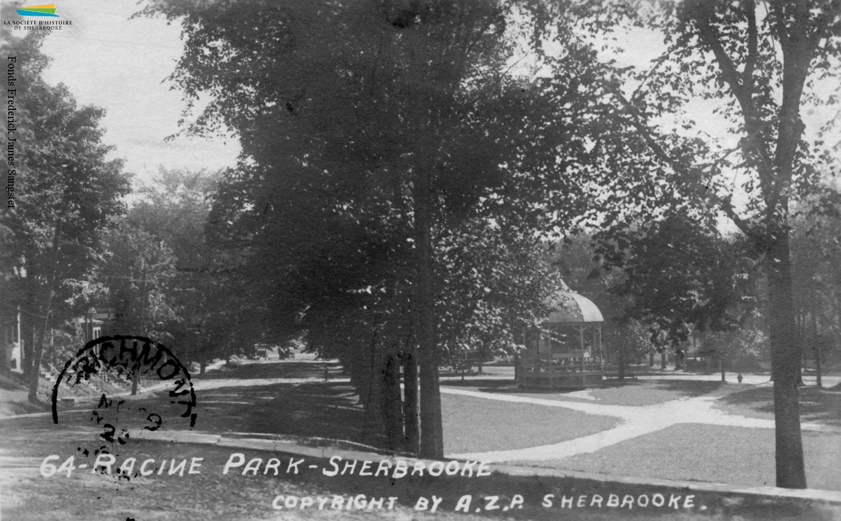 Une vue du parc Antoine-Racine, situé au coin des rues Brooks, Gillepsie et Ball, vers 1922. Le parc est créé en 1891 à la demande de citoyens, qui réclament un espace vert pour le quartier sud surpeuplé. Il porte le nom du premier évêque de Sherbrooke.
