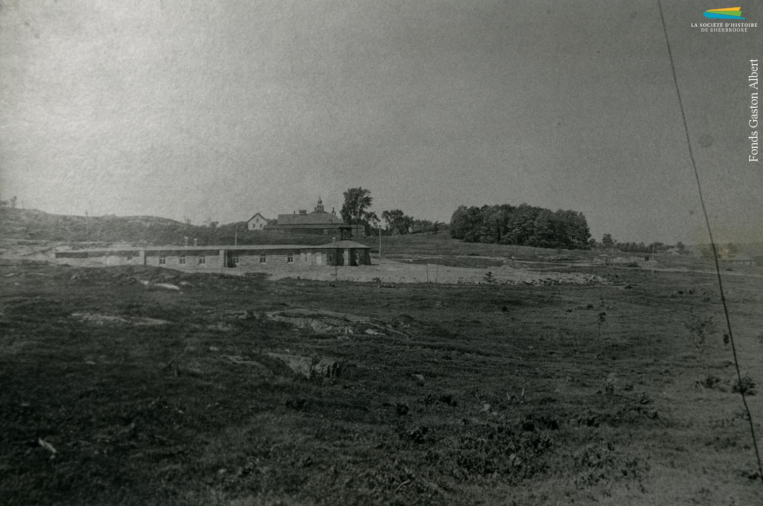 La construction de l'église Immaculée-Conception, vers 1910. C'est la Sherbrooke Real Estate Co. qui fait don en 1908 du terrain où l'église est construite. La compagnie immobilière veut construire un nouveau quartier et y attirer des ouvriers canadiens-français, ce pourquoi une église est construite au beau milieu d'un champ. Les rues environnantes (dont la rue LaRocque et la rue Adélard-Colette) et les logements sont tracés et construits dans les années suivantes.