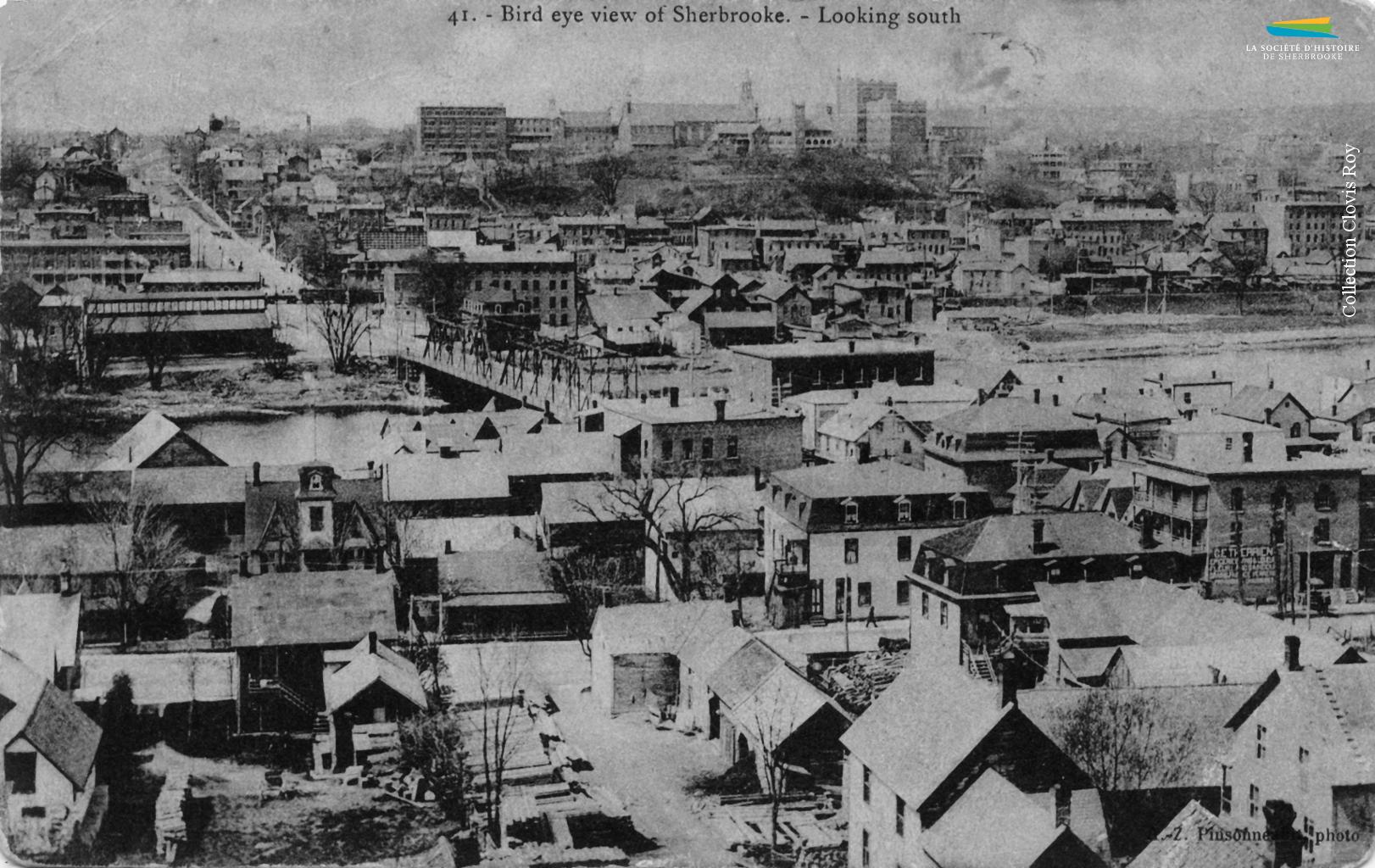Le quartier Centre de Sherbrooke et la rivière Saint-François, depuis le quartier Est, vers 1904. Le secteur comprend beaucoup de petites maisons et de logements qu'occupent les ouvriers qui ne peuvent se loger dans les autres quartiers surpeuplés.