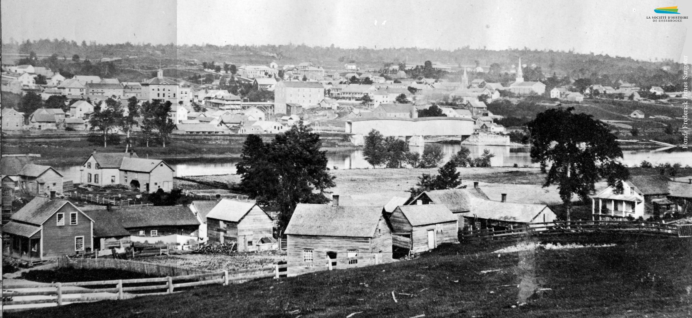 Vue du confluent des rivières Magog et Saint-François depuis le quartier Est, vers 1865. À cette époque l'Est est très peu peuplé, les ouvriers qui y habitent devant marcher une trop longue distance pour aller travailler dans les usines situées dans la gorge de la rivière Magog.