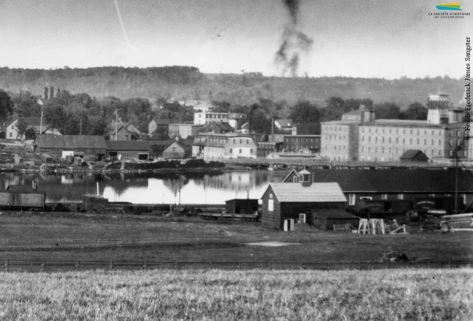 Le voisinage Liverpool, du nom que porte alors cette section de la rue King, vers 1920. Situé entre la rue du Québec et le pont Montcalm, le quartier est habité dès les années 1850 par des Canadiens français qui travaillent comme ouvriers dans les manufactures voisines.