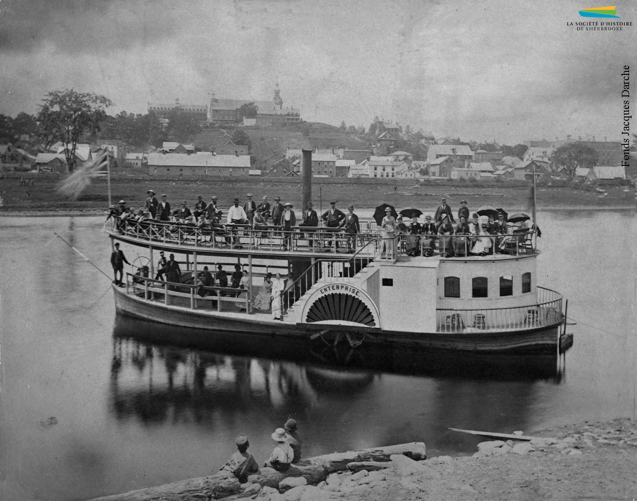 Le bateau à vapeur <em>Enterprise</em> sur la rivière Saint-François, vers 1878. Construit par la manufacture de Sherbrooke Smith & Elkins, il transporte des passagers entre Sherbrooke et Bromptonville (alors Brompton Grove). L'<em>Enterprise</em> ne reste toutefois en service que deux ans.