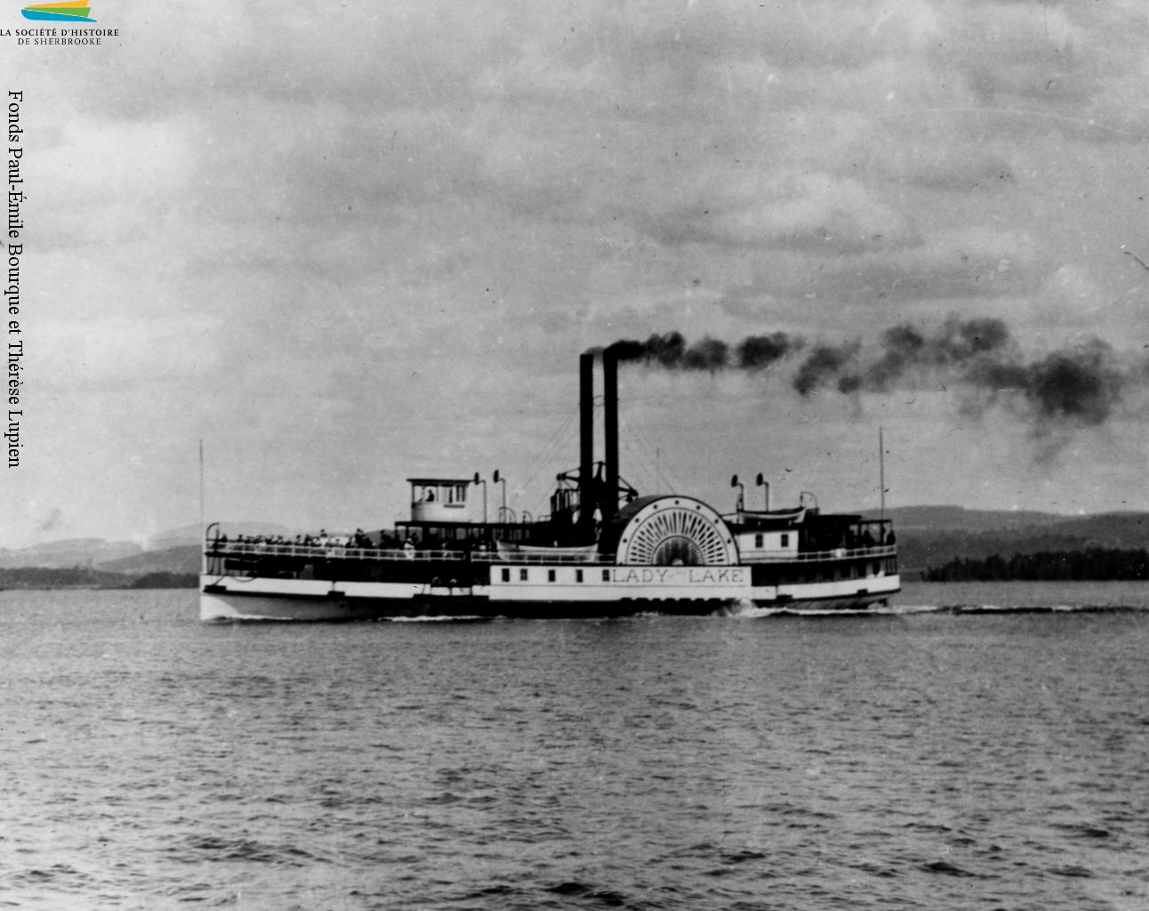 Le bateau à vapeur Lady of the Lake sillonne les eaux du lac Memphrémagog de 1867 à 1917, surtout pour les touristes qui souhaitent y faire de courtes croisières. On le voit ici vers 1895.