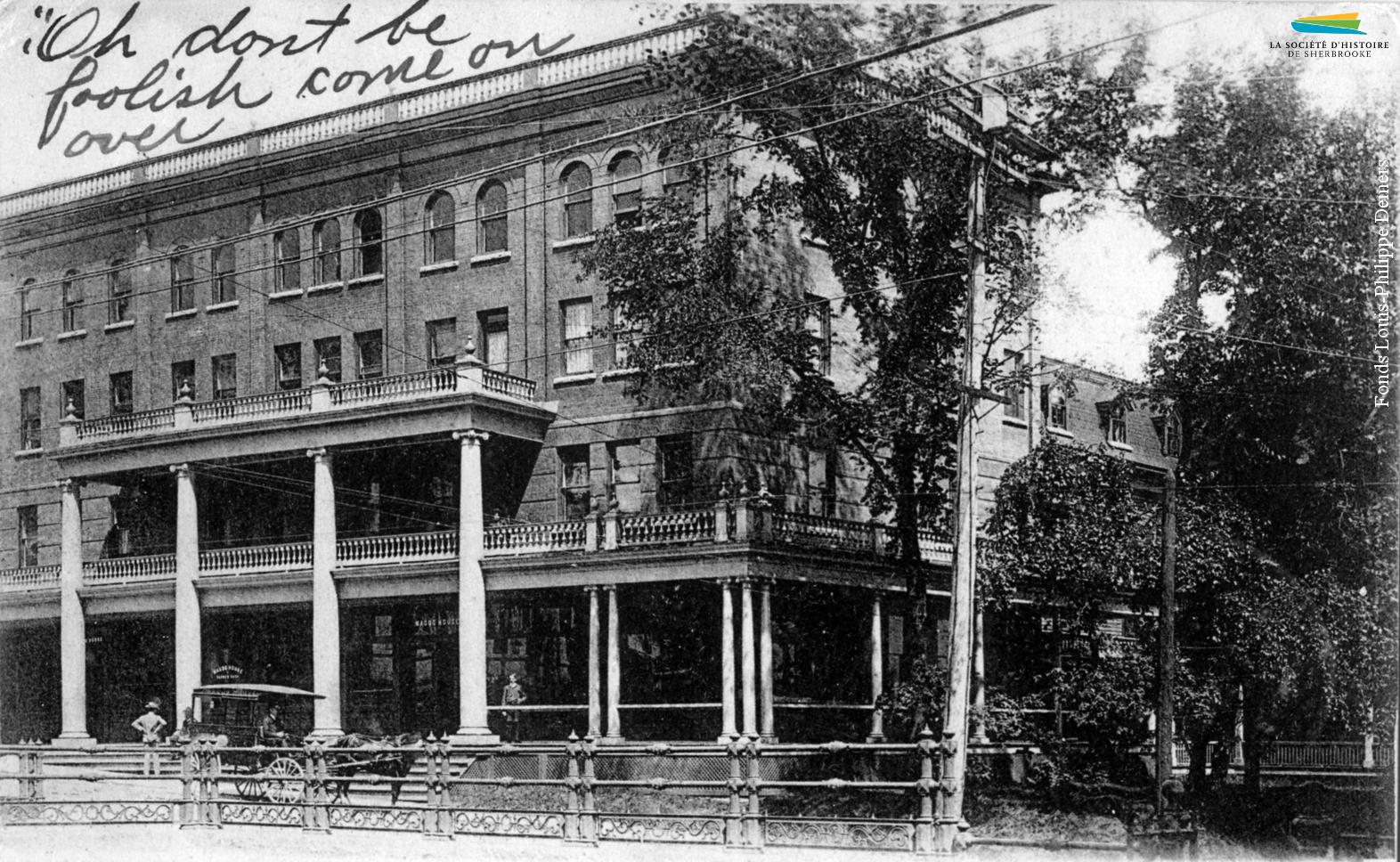Le Magog House, ou Hôtel Magog, au début des années 1900. Le premier hôtel bâti à cet endroit, par Tylar Moore en 1836, sert de relais pour les diligences qui circulent entre Québec, Montréal et les États-Unis