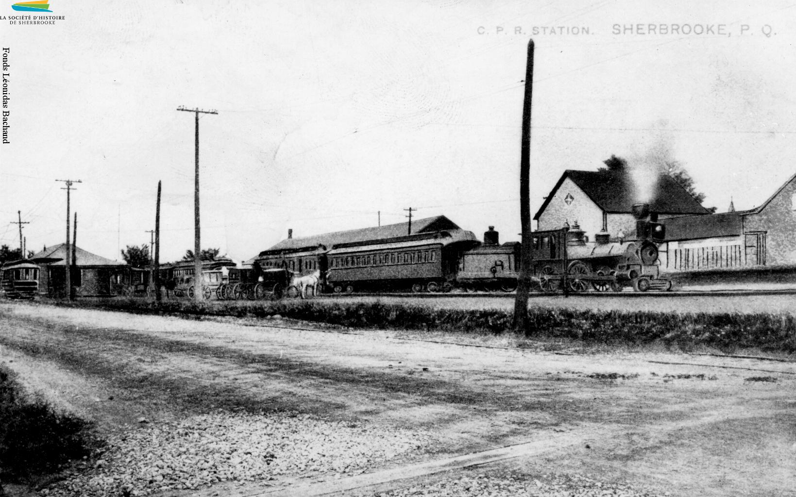 La gare du Canadien Pacifique située au coin des rues Frontenac et Belvédère Nord, vers 1907. Des passagers peuvent y embarquer, mais ce sont surtout les usines situées à proximité – dont la Paton – qui profitent de la proximité de cette voie ferrée. La gare est construite en 1890, et démolie en 1963.