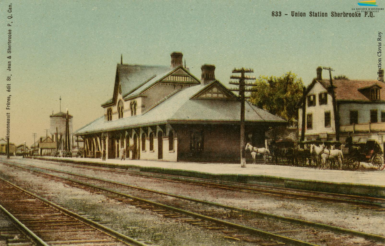 La gare Union, située sur la rue du Dépôt, vers 1905. C'est sur ce site qu'est également construite la toute première gare de Sherbrooke lors de l'arrivée du chemin de fer, en 1852.  Cette première gare est détruite en 1890, et remplacée par la gare Union.