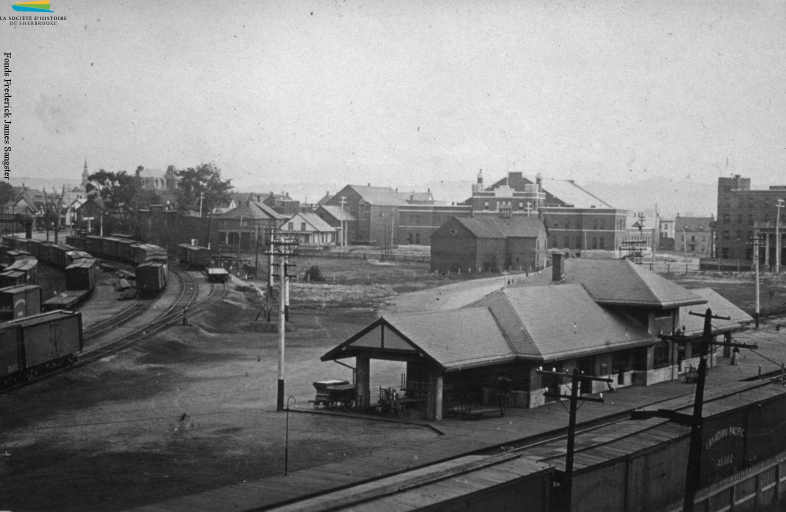 La gare du Canadien Pacifique, construite vers 1910 près de l'axe des rues Galt Ouest et Belvédère Sud, tout près du lac des Nations. La présence de ce chemin de fer depuis les années 1880 permet à des compagnies – l'Ingersoll-Rand, la Dominion Textile, la Canadian Silk et bien d'autres – de construire leurs usines dans les environs. Cette photo est prise en 1911.