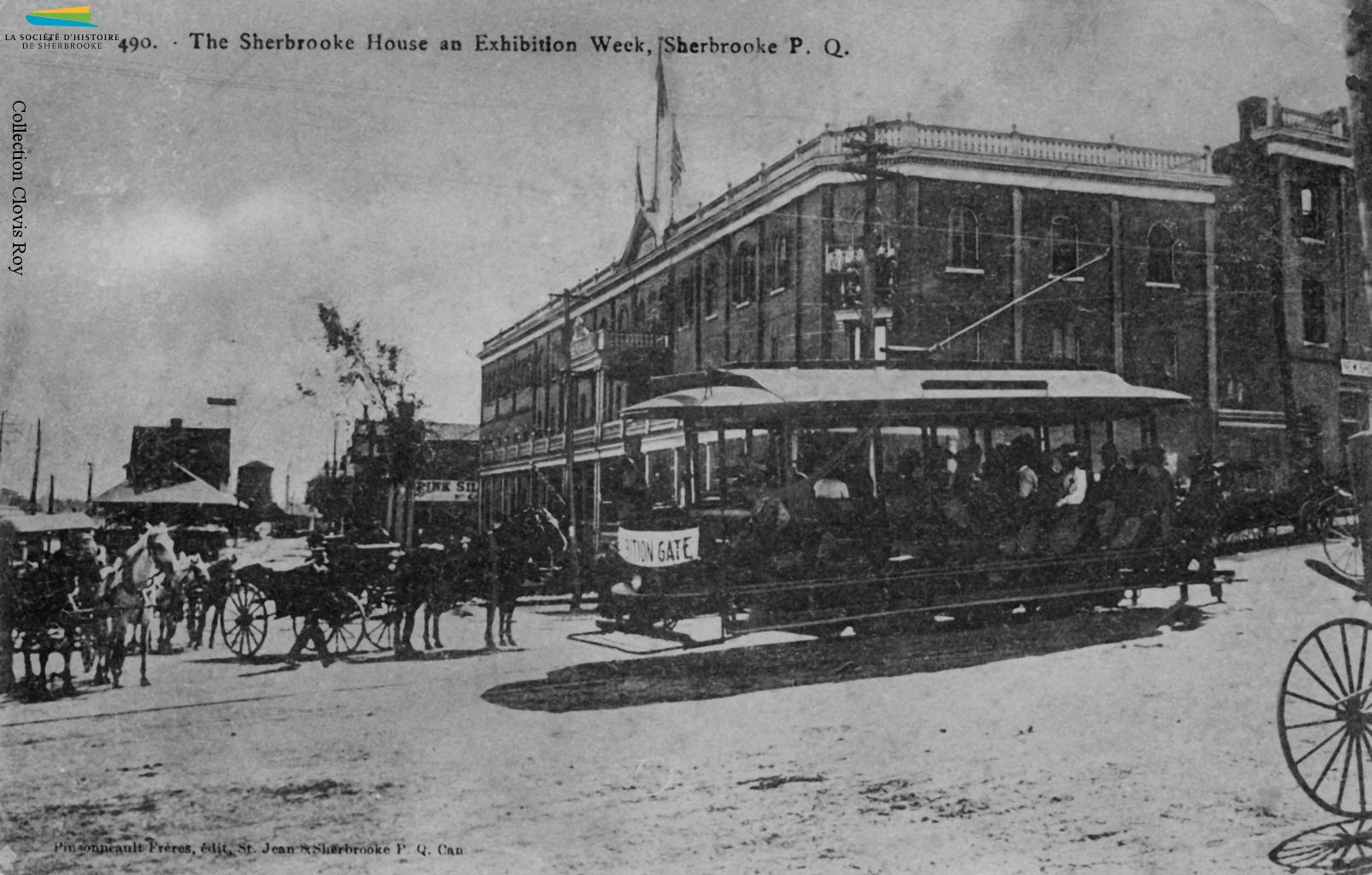 Le coin des rues King Ouest et Dépôt en 1906, où se trouve la gare Union. Le tramway transporte les habitants de Sherbrooke un peu partout dans la ville, mais les voitures tirées par des chevaux sont encore très présentes. Plusieurs hôtels emploient des cochers pour transporter leurs clients de et vers la gare.
