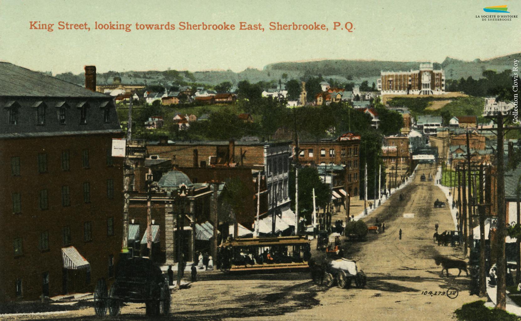 Le carrefour des rues King Ouest et Wellington, vers 1915. Les tramways côtoient dans les rues les calèches tirées par les chevaux.
