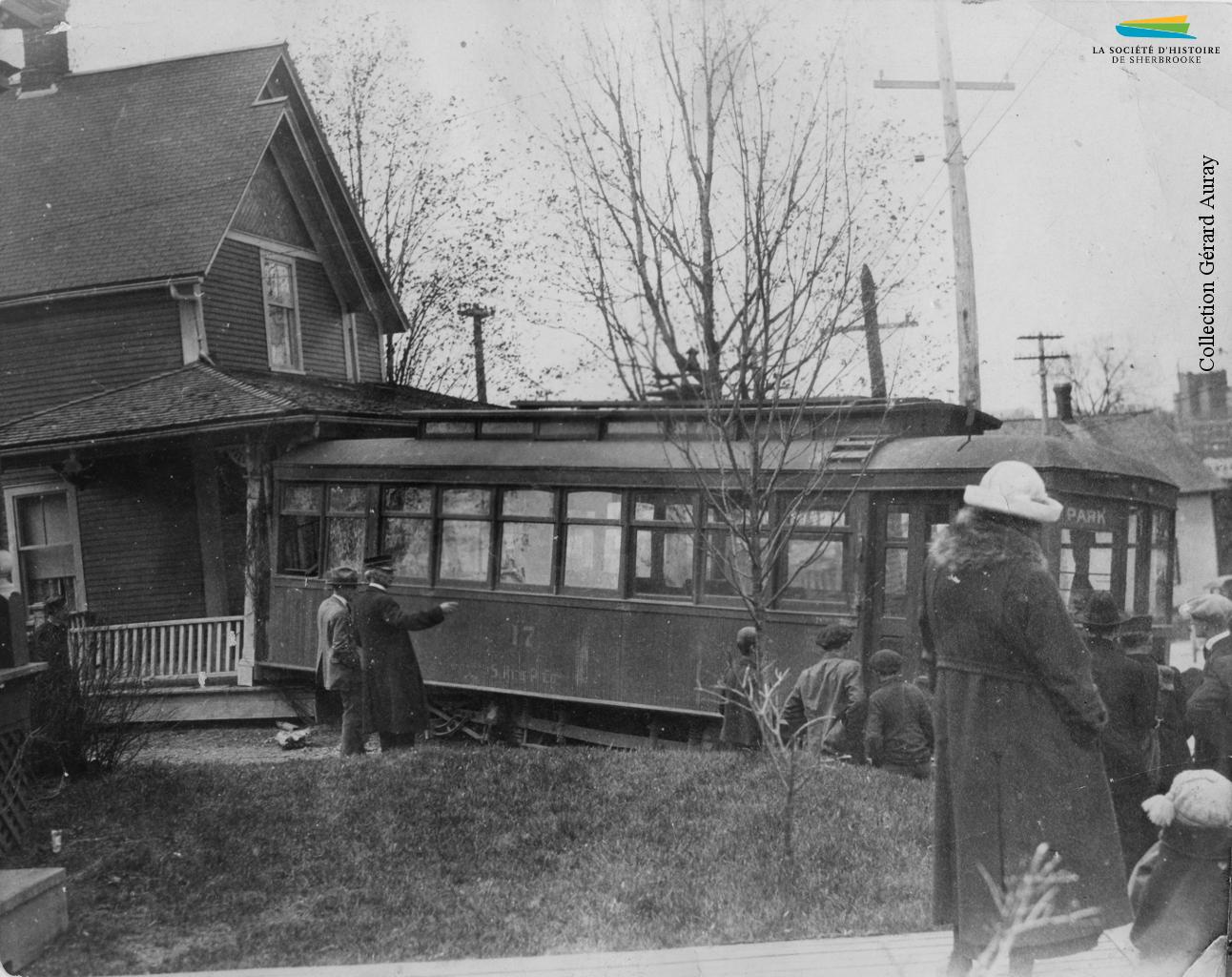Les accidents impliquant le tramway sont rares, mais attirent à coup sûr l'attention. En 1921 par exemple, une voiture débarque de ses rails et termine sa course sur le perron d'une résidence située au coin des rues Parc et King Est.
