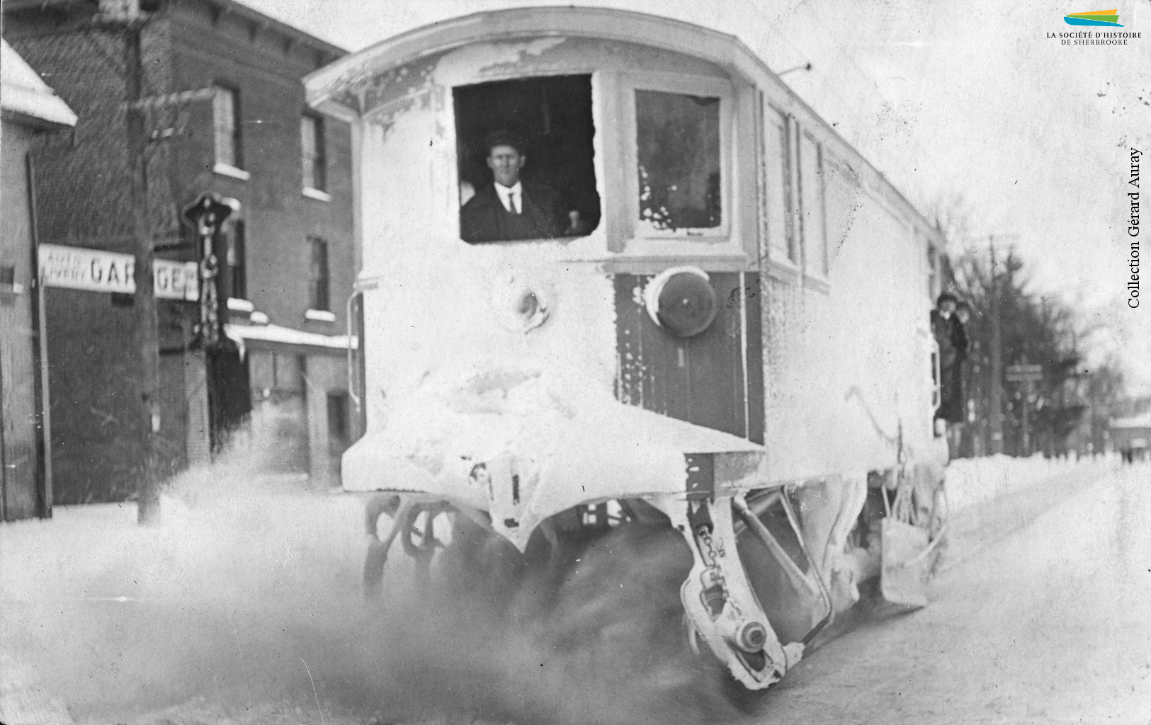Pour déblayer les voies après une chute de neige, la Sherbrooke Street Railway and Power Co. dispose de certaines voitures de tramway équipées de balais. Cette photographie montre l'une de ces voitures à l'œuvre en janvier 1919.