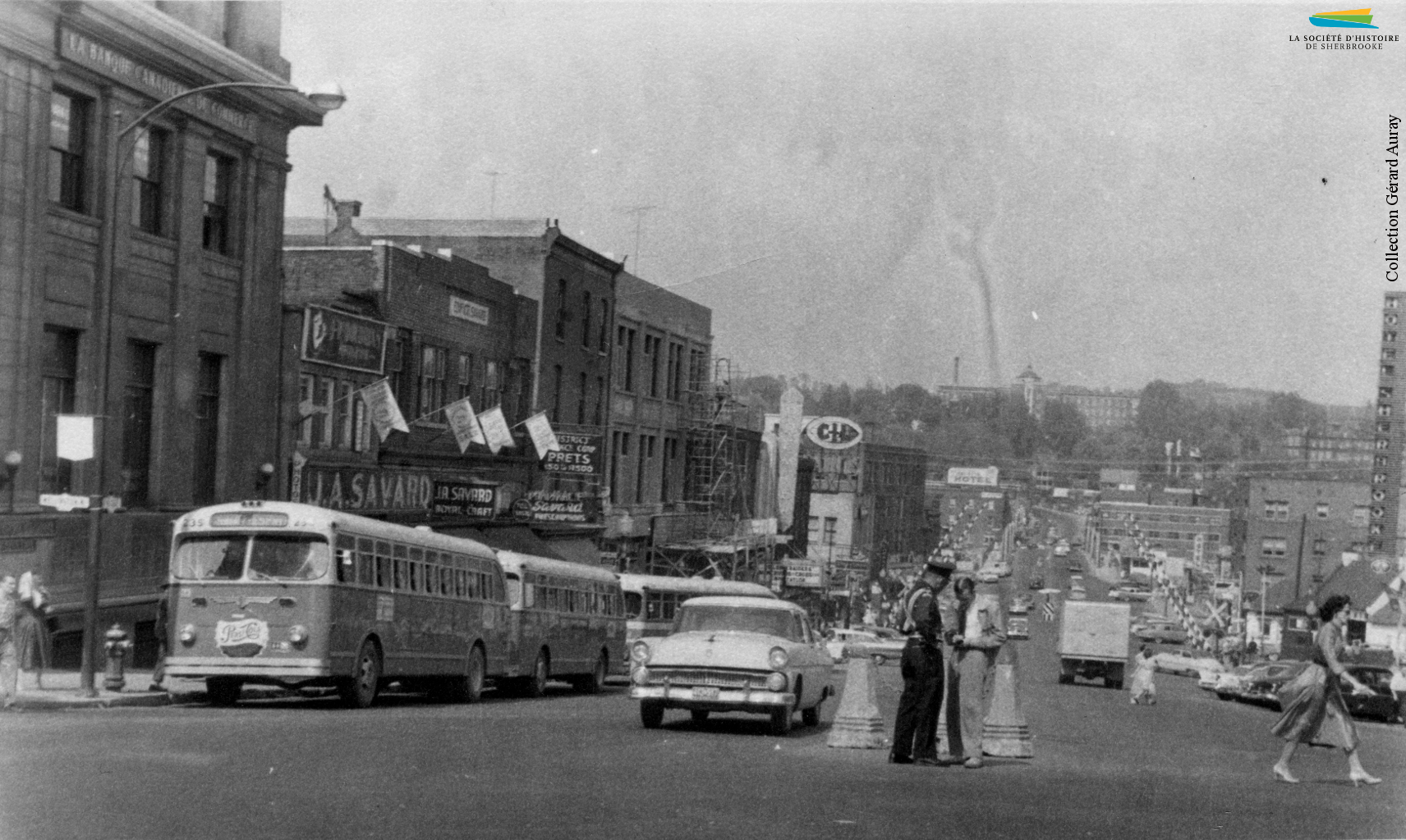 La rue King Ouest en 1957. Après la fermeture du réseau de tramway en 1932, le transport en commun est assuré par des autobus.