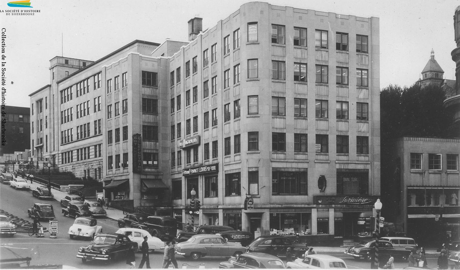 Le coin des rues King et Wellington en 1948. Le nombre de voitures à Sherbrooke explose après la fin de la Seconde Guerre mondiale, et les problèmes d'embouteillage au centre-ville sont très fréquents.