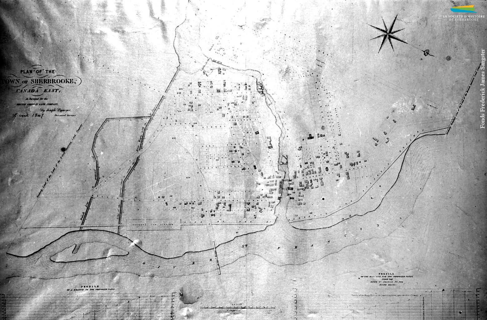 Un plan de Sherbrooke réalisé en 1847 pour la British American Land Company (BALCo). On y voit le tracé d'un canal que projette de creuser la BALCo entre le Lac des Nations (en haut de la photo) et la rivière Saint-François (en bas), vis-à-vis ce qui est aujourd'hui la rue Galt. Ce projet, abandonné quelques années plus tard, aurait permis à Sherbrooke d'accueillir davantage d'usines si jamais les rives de la rivière Magog en venaient à ne plus pouvoir en accueillir.