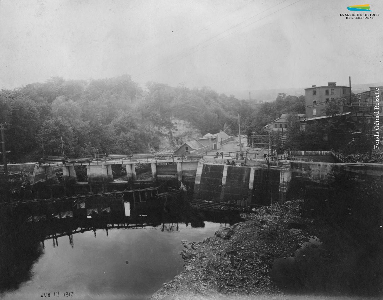 Le barrage de la centrale Frontenac, en 1917. Anciennement le barrage no 3, lequel alimente en énergie hydraulique certaines manufactures, le barrage est converti en 1888 pour produire de l'électricité.