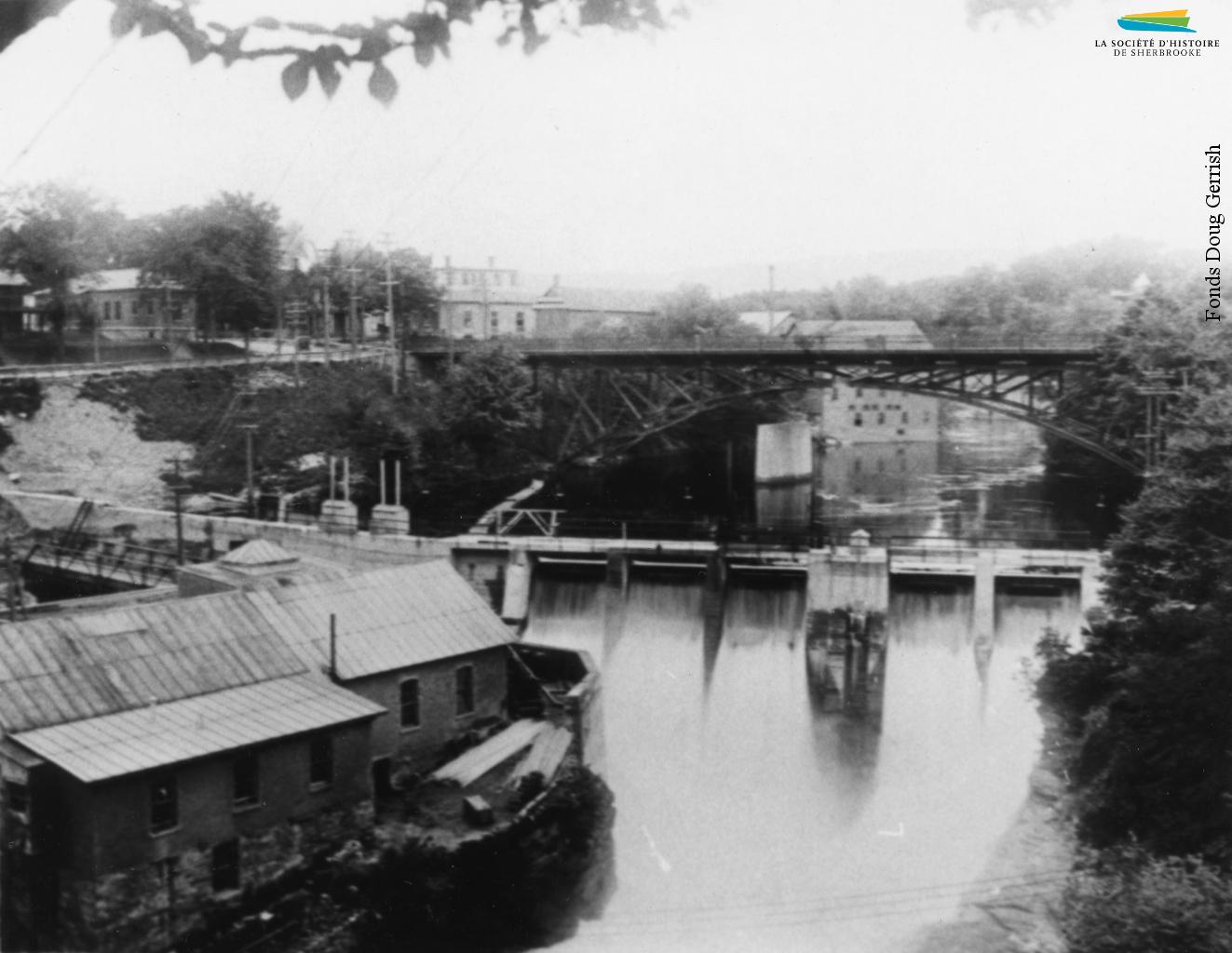 Le barrage no 3 et la centrale Frontenac, vers 1910. Construite en 1888, la centrale est la première à produire de l'électricité à Sherbrooke.
