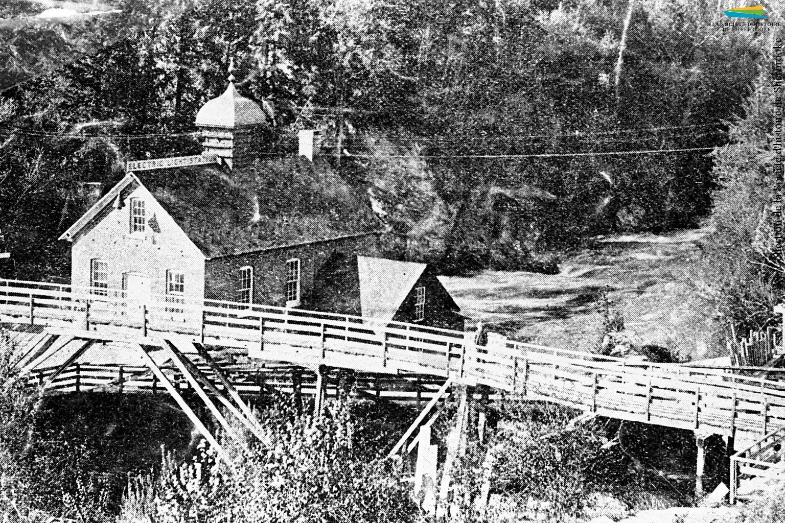 La Electric Light Station de la Sherbrooke Gas & Water Co., qui devient par la suite la centrale Frontenac, en 1890. La compagnie commence à y produire de l'électricité en 1888. Cette électricité est vendue à des commerçants et des industriels pour de l'éclairage; cela prend un certain nombres d'années avant que l'électricité s'implante dans les demeures des habitants de Sherbrooke.