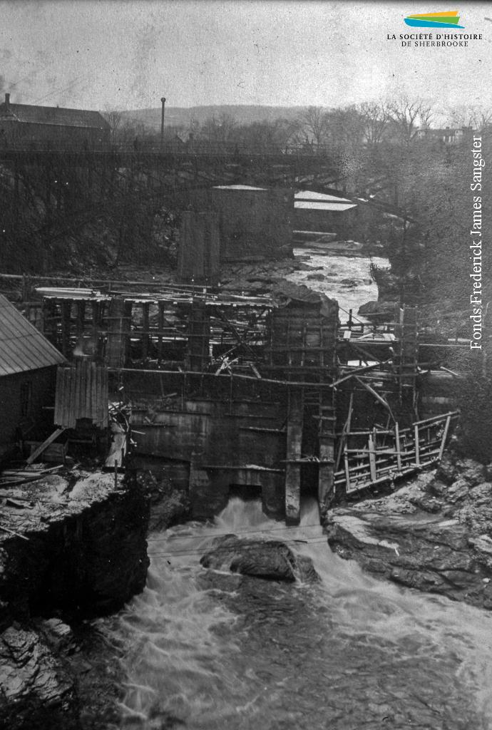 Reconstruction du barrage alimentant la centrale Frontenac, vers 1917.