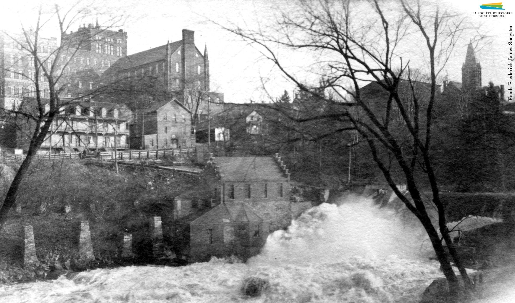 La centrale de la Sherbrooke Street Railway située à proximité du barrage no 4, près de la rue Frontenac, vers 1911. Elle est construite par la Sherbrooke Street Railway Co. en 1897 pour alimenter ses tramways en électricité, et démolie dans les années 1910 après la construction de la centrale Abénaquis.