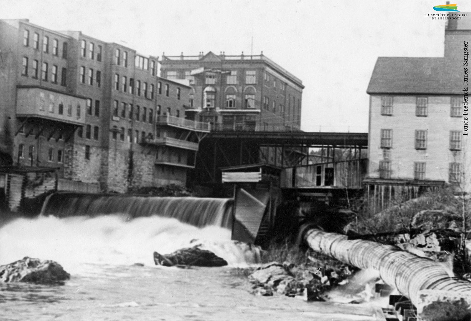 Le barrage no 5 situé tout près du confluent, entre 1887 et 1900. Installé non loin de l'endroit où le premier barrage de Sherbrooke est construit en 1802, il alimente en eau les moulins et manufactures situés à proximité. Lorsque l'énergie hydraulique est remplacée par l'électricité, le barrage devient inutile et est démoli dans les années 1910.