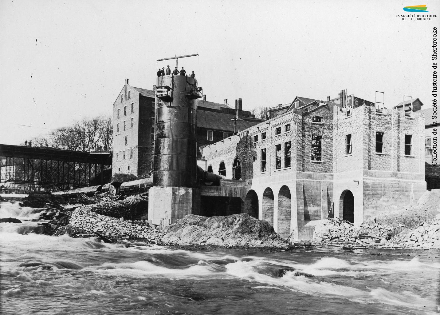 Construction de la centrale hydroélectrique de la compagnie de tramway Sherbrooke Railway & Power en 1911. La centrale est alimentée en eau par le barrage no 4, reconstruit lui aussi, et dont l'eau est acheminée par une longue conduite d'amenée. Cette centrale est aujourd'hui la centrale Abénaquis.
