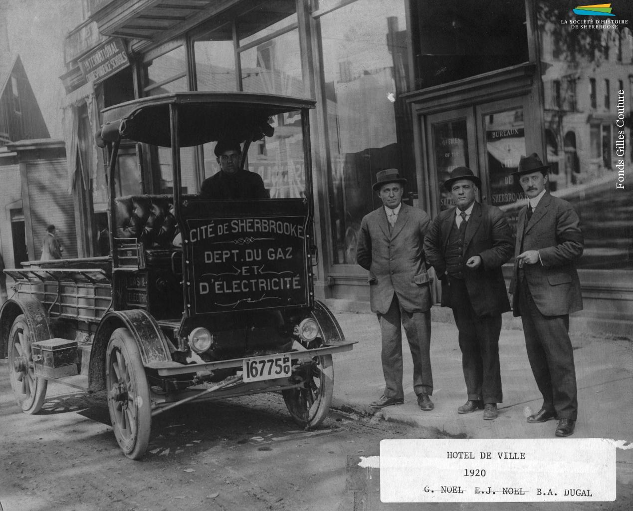 Un camion électrique Andover, du Département du gaz et de l'électricité de Sherbrooke, vers 1914. Le Département est créé à la suite d'un référendum en faveur de la municipalisation de l'électricité en 1908 et devient Hydro-Sherbrooke dans les années 1960. Avant 1908, c'est une entreprise privée qui a le monopole de la production et de la distribution d'électricité.