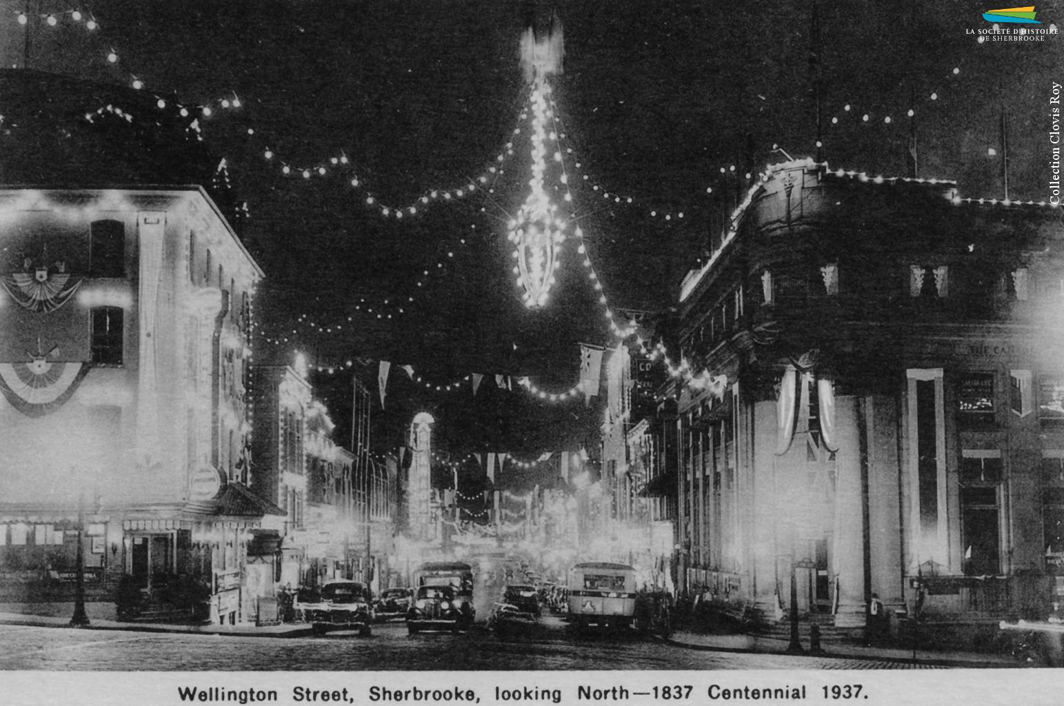 Des photos du centre-ville de Sherbrooke, tout éclairé à l'occasion du « centenaire » de 1937. Les autorités municipales cherchent à stimuler le tourisme et la venue d'industries, entre autres en vantant ses ressources hydroélectriques, et montent de toutes pièces des célébrations du centenaire même si l'année 1937 ne marque le centième anniversaire de rien de significatif,